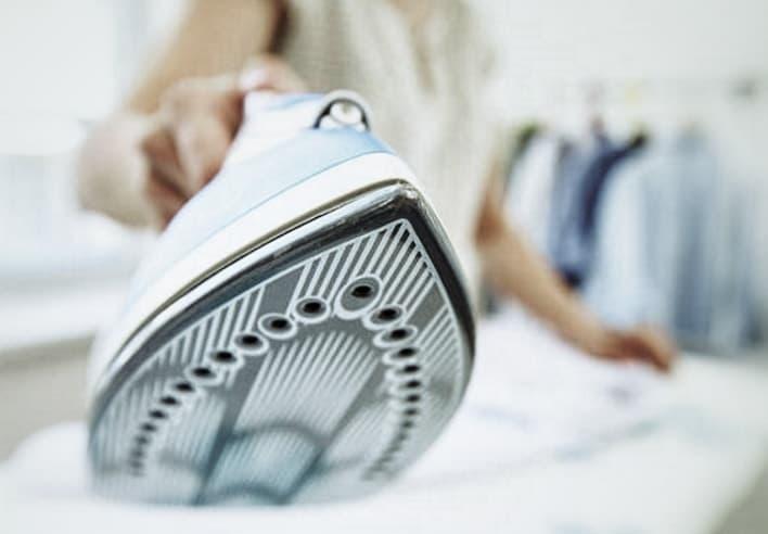nos 7 astuces pour nettoyer la semelle de votre fer repasser. Black Bedroom Furniture Sets. Home Design Ideas