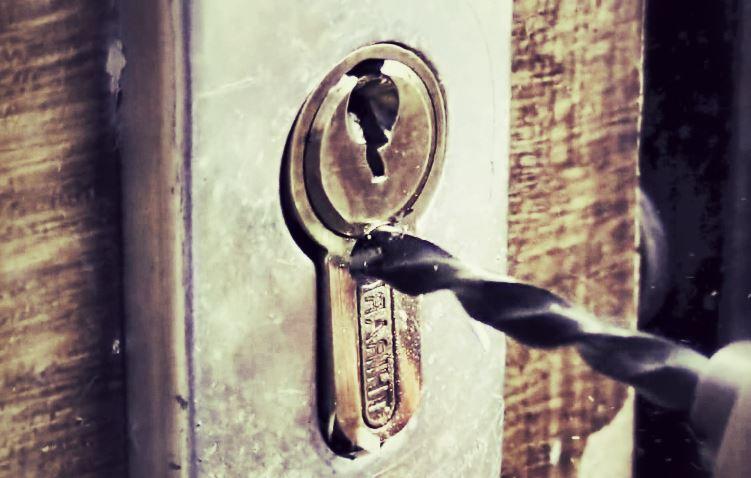 Comment ouvrir une porte fermée à clef ?