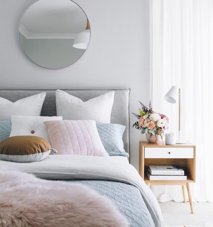 Deco lit pour chambre grise et blanche