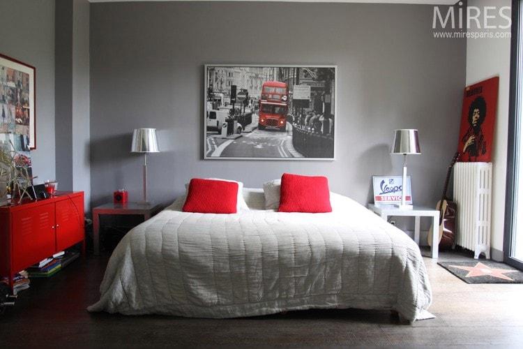 Lit double oreiller rouge et couleur grise