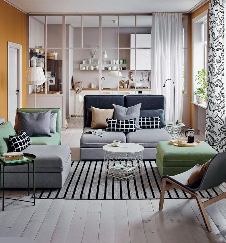Salon minimaliste près de la cuisine