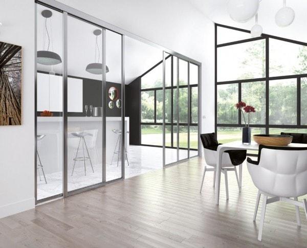baie vitree qui separe la cuisine du salon