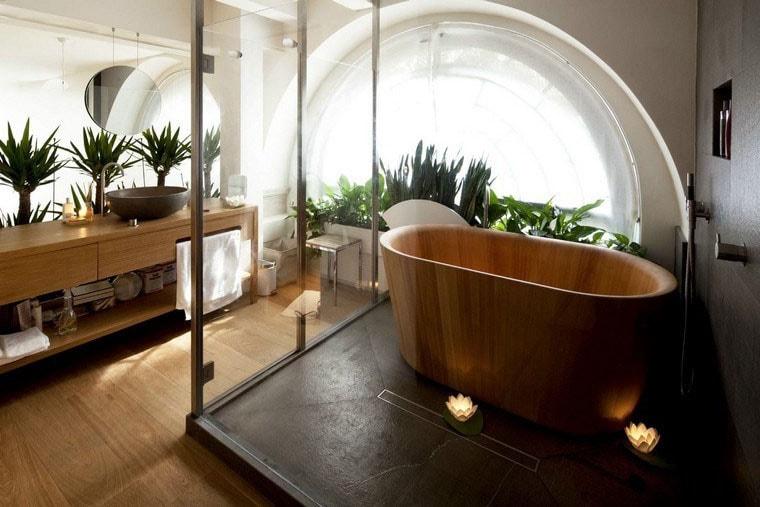 baignoire en bois avec plante