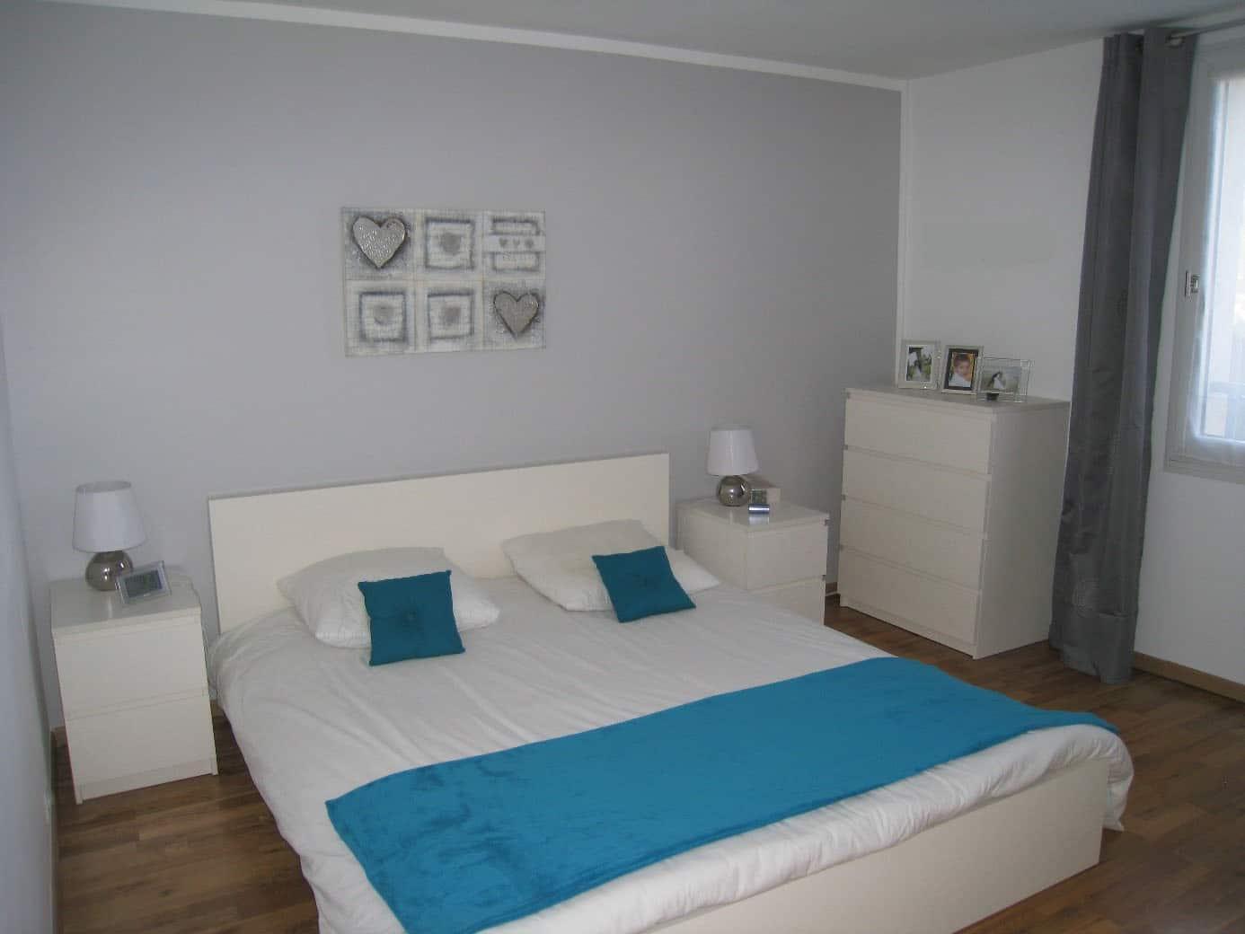 chambre gris et blanc avec bleu