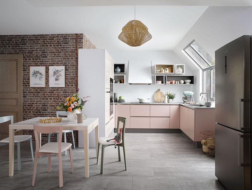 cuisine avec vue sur salon rose