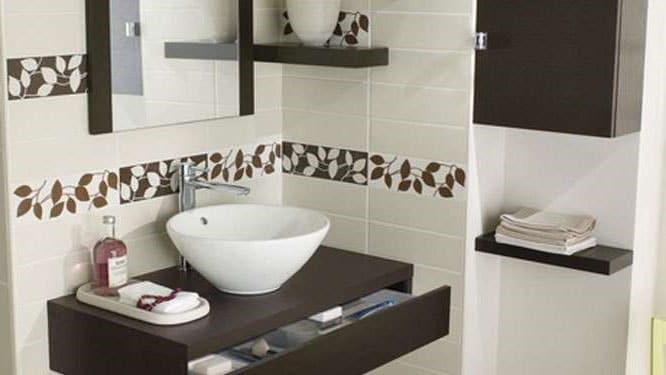 salle de bain fleurie nature