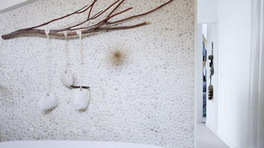 mur de galet pour salle de bain zen