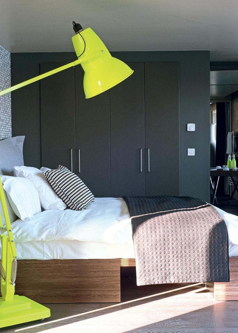 Chambre à dominante grise avec touche de bois