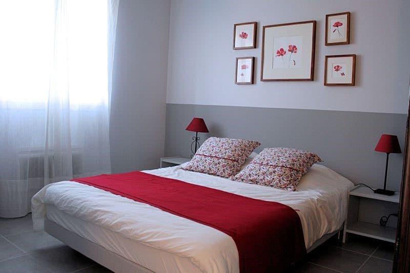 Chambre blanc et bande grise tête de lit
