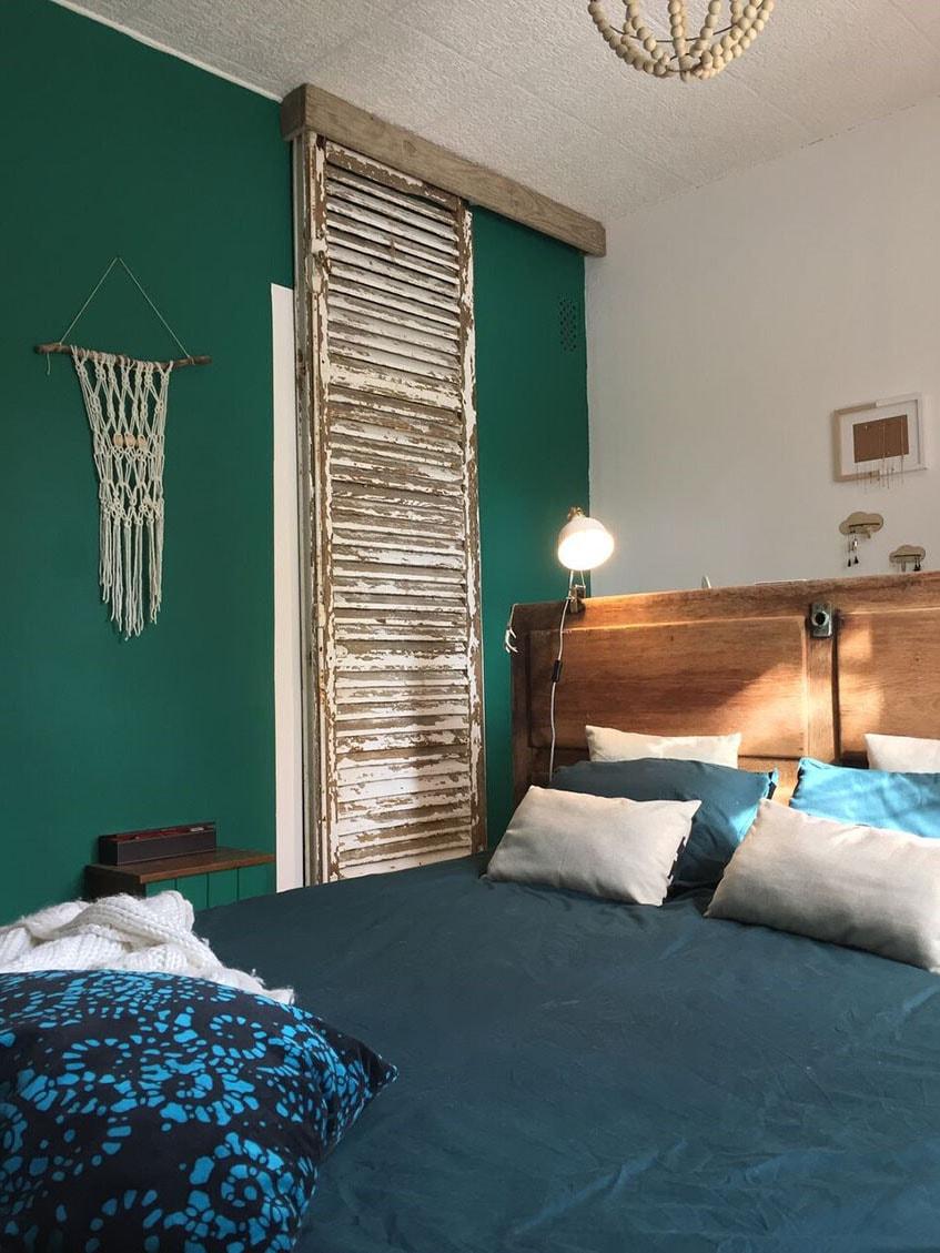 Chambre mur vert sapin et bleu canard