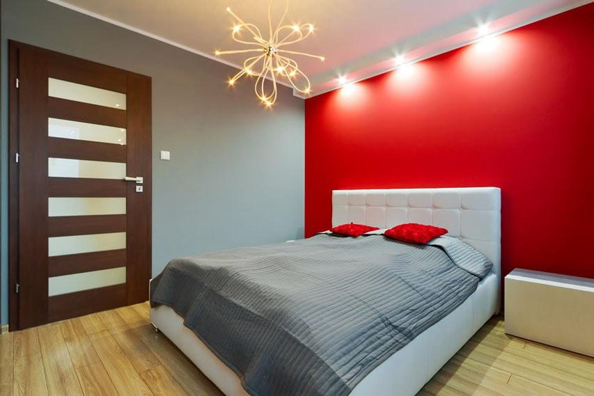 Chambre rouge vif avec murs gris