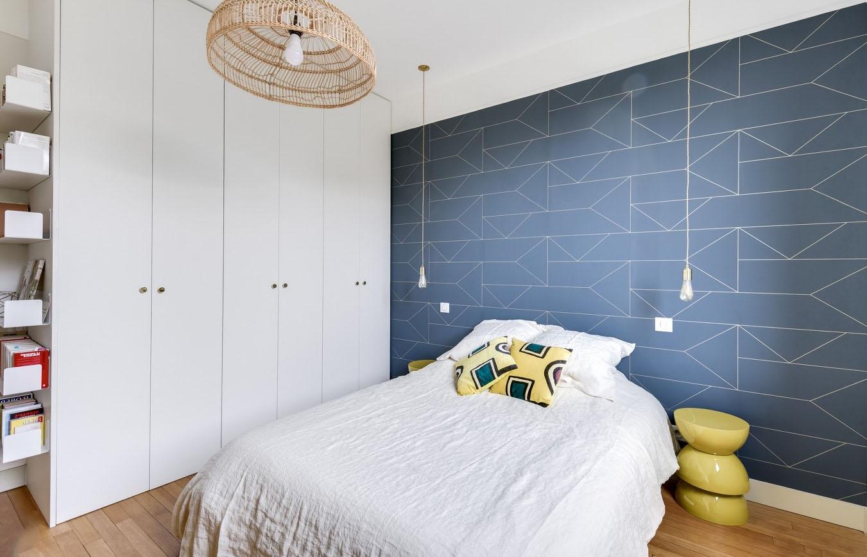 Papier peint graphique bleu pour chambre adulte
