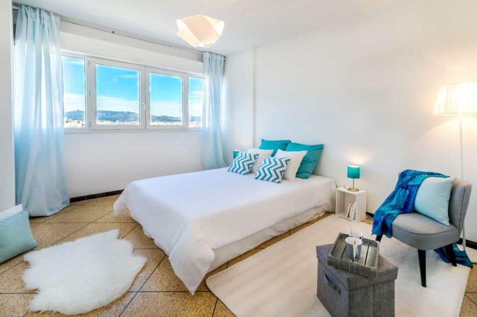 Chambre calme blanche et turquoise