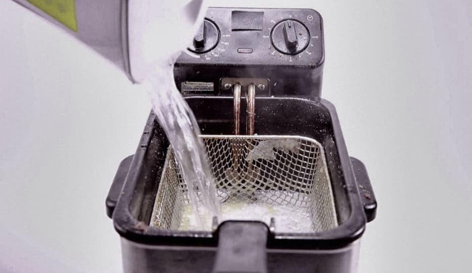 nettoyer friteuse avec de l'eau bouillante