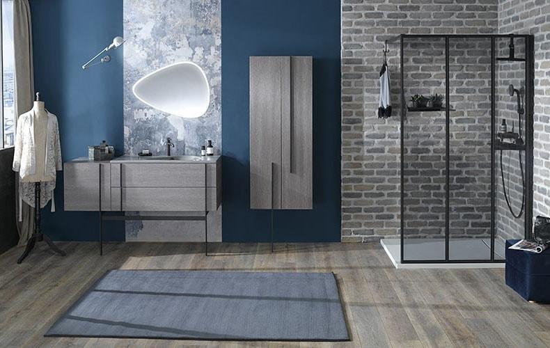 Salle de bain grise et bleue