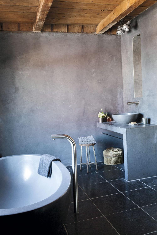 Salle de bain grise et noire