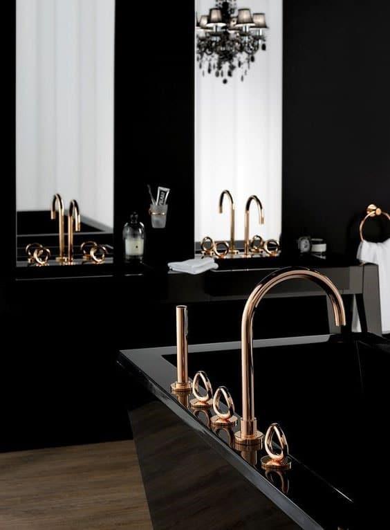 Salle de bain noire et or