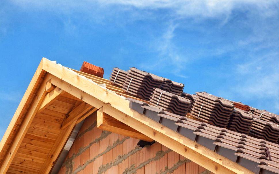 Tuiles mécaniques entreposées sur une toiture