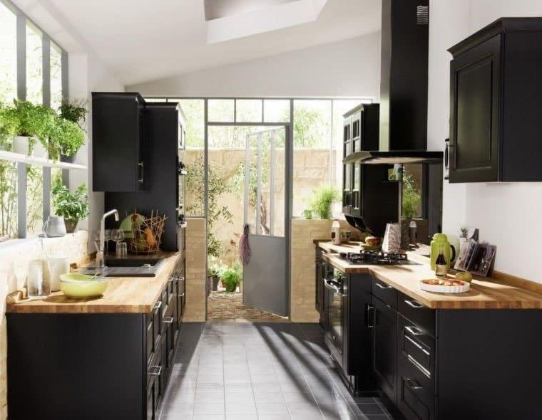 Petite cuisine noire et bois