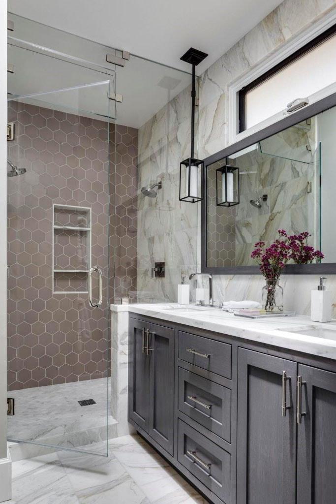Salle de bain taupe et marbre