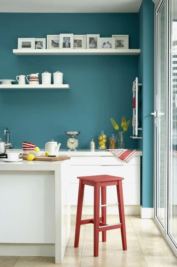 Aplat bleu cuisine blanche