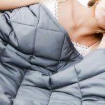 femmes dans son lit avec une Couverture Lestée