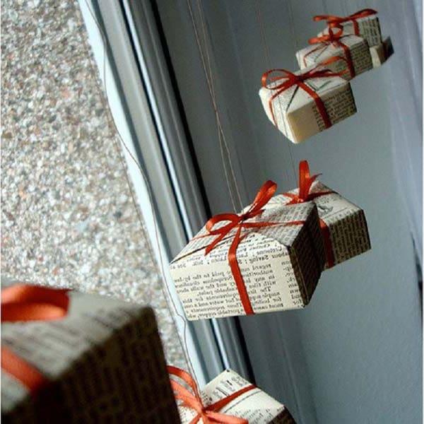Petits Cadeaux De Noel Devant Fenetre