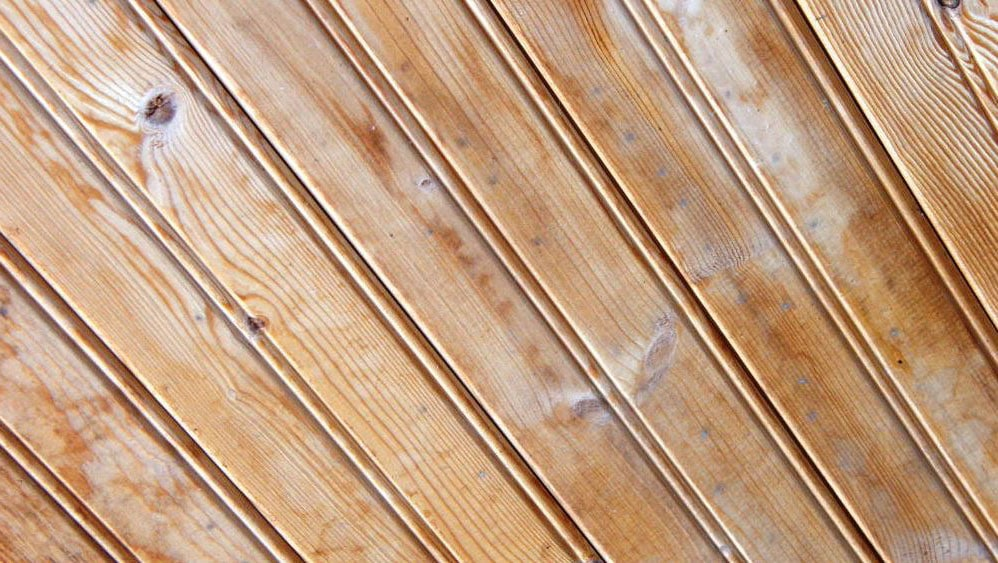 Comment peindre un plafond en lambris : nos conseils de pro