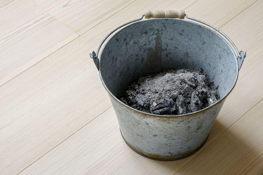 cendres de bois dans un saut pour le jardin