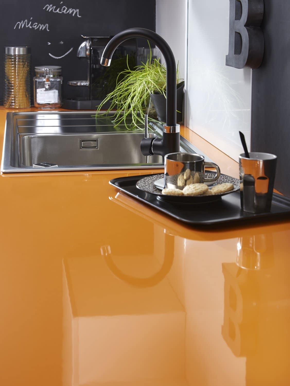 Cuisine Colorée Avec Plan De Travail Laqué Orange