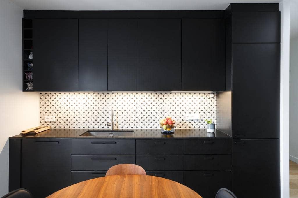 Cuisine D'appartement Avec Carrelage En Damier Sur Le Mur