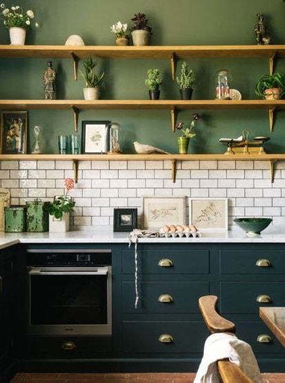 Cuisine Verte Avec étagère En Bois D'inspiration Nordique