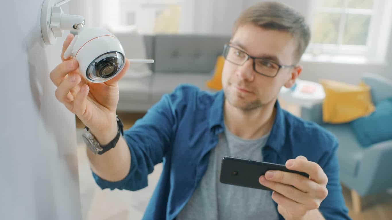 ajustement d'une caméra de surveillance Wi-Fi