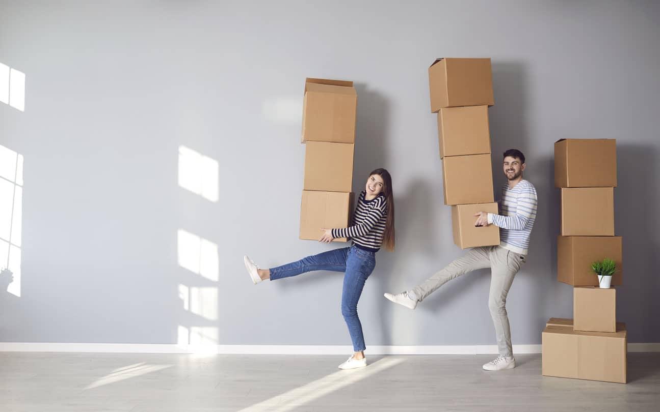 couple avec un pile de carton de déménagement