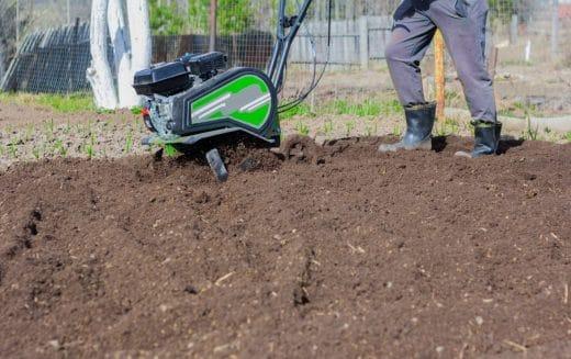 Labourer Jardin Avec Motoculteur
